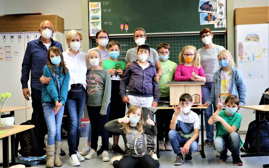 Kinder sammeln Müll und helfen den Tieren